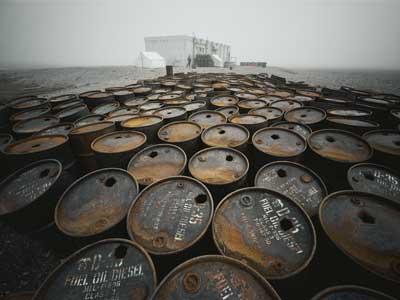 Des barils de pétrole abandonnés en Alaska